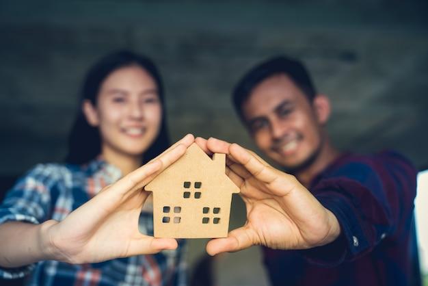Paare sind glücklich, erfolgreich ein traumhaus kaufen zu können