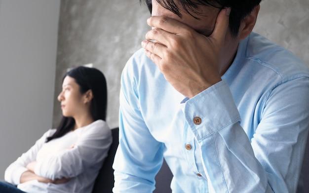 Paare sind nach dem streit gelangweilt, gestresst, verärgert und gereizt.