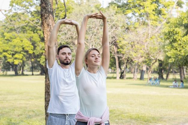 Paare trainieren im park.