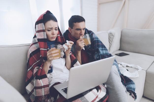 Paare trinken therapeutischen tee von den glasschalen.