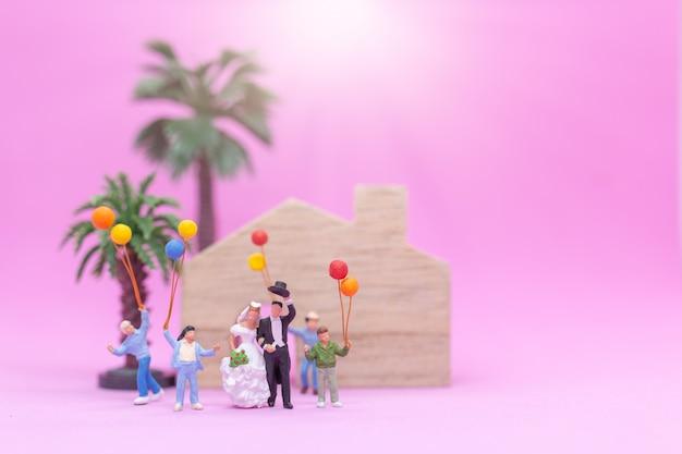 Paare und familie mit bunten ballonen feiern