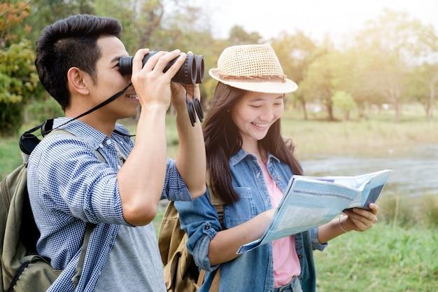 Paare unter verwendung des binokularen und der karte wandern