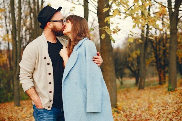 Paare verbringen zeit in einem herbstpark