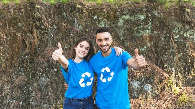 Paare von den freiwilligen, die nahe klippe stehen