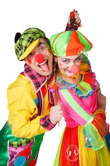 Paare von den glücklichen clowns lokalisiert auf weißem hintergrund