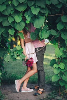Paare von den jungen leuten, die im park küssen