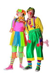 Paare von glücklichen clowns mit den blumen lokalisiert auf dem weißen hintergrund