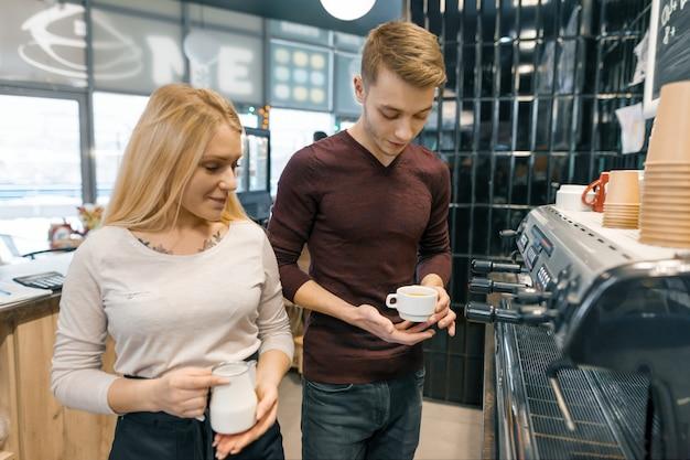 Paare von jungen männlichen und weiblichen kaffeestubeinhabern