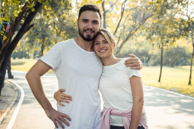 Paare zeigen liebe miteinander im park.