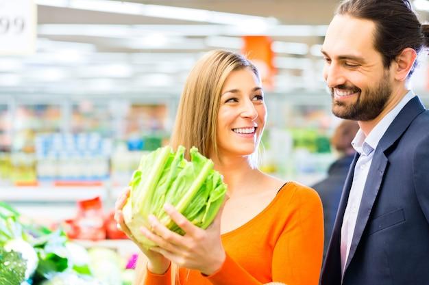 Paareinkaufslebensmittel im supermarkt