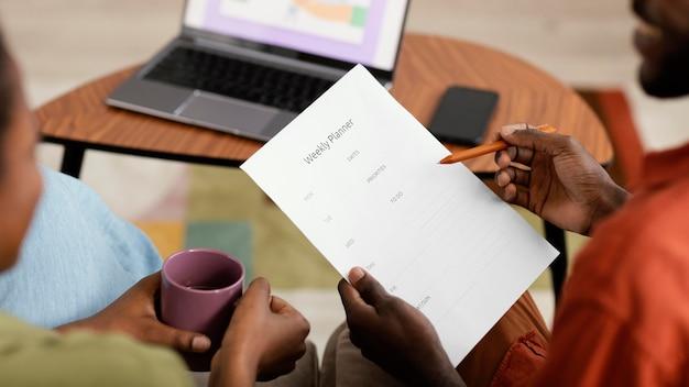 Paarplanung für die renovierung des hauses mit laptop