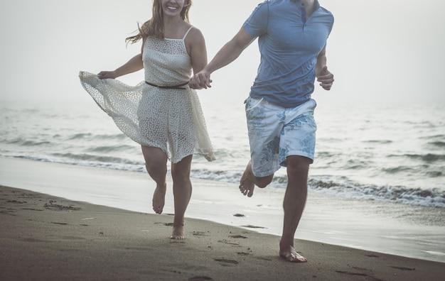 Paarporträt an einem nebligen tag am strand