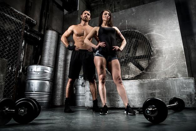 Paartraining in einem fitnessstudio