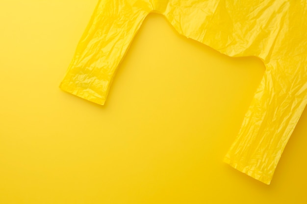 Packen sie gelbe tasche auf gelbem hintergrund.