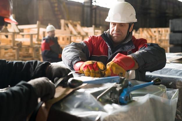 Packlast für reife arbeiter im werk