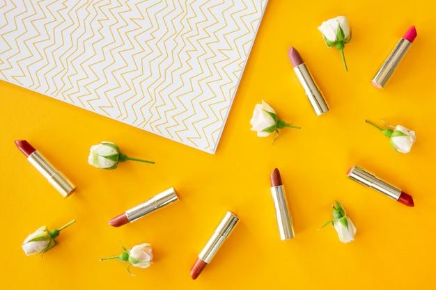 Packung lippenstift auf dem schreibtisch