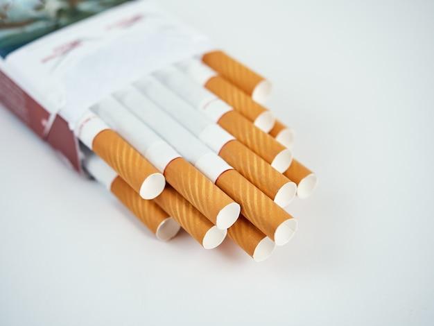 Packung mit gefilterten zigaretten auf einer grauen oberfläche