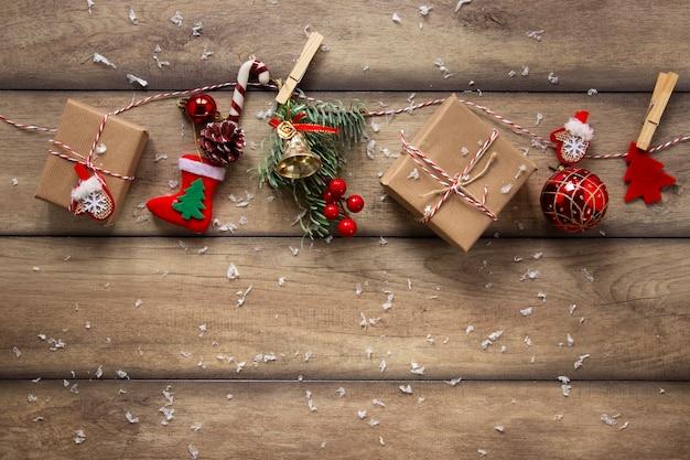 Packung mit geschenken und weihnachtsschmuck