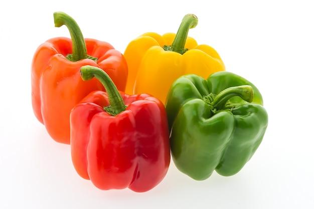 Packung mit vier bunten paprika
