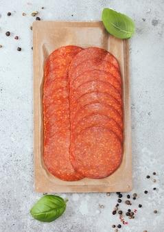 Packung würzige peperoni-salami mit basilikum und pfeffer