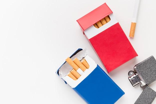 Packung zigaretten mit feuerzeug