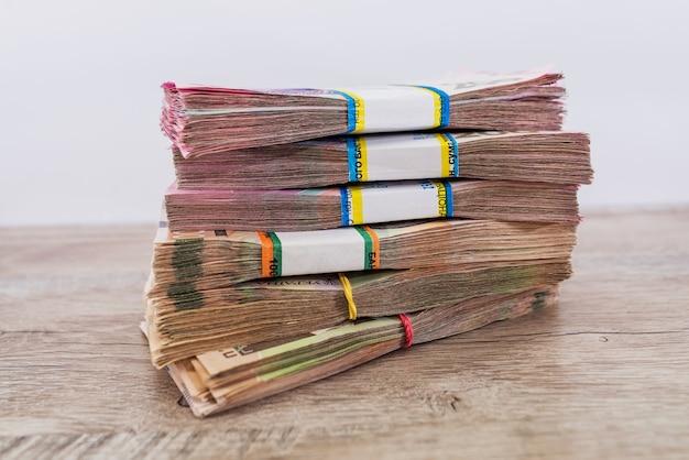 Packungen griwna auf dem tisch. finanzkonzept. ukrainisches geld.