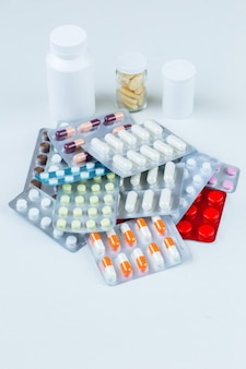 Packungen mit pillen und weißen flaschen