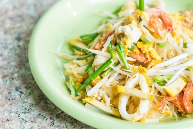 Pad thai, angebratene nudeln im thai-stil