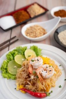 Pad thai frische garnelen in einem weißen teller.
