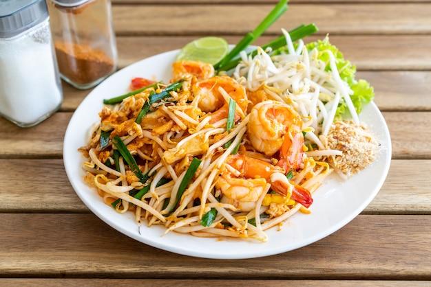 Pad thai (gebratene reisnudeln mit garnelen)