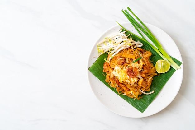 Pad thai, gebratene reisnudeln mit getrockneten salzgarnelen und tofu