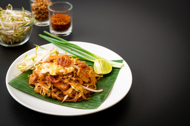 Pad thai - gebratene reisnudeln mit getrockneten salzgarnelen und tofu