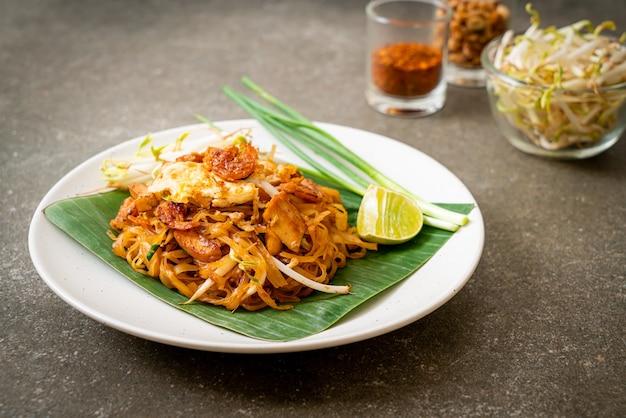 Pad thai – gebratene reisnudeln mit getrockneten salzgarnelen und tofu