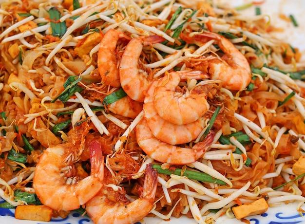 Pad thai mit garnelen, thailändisches essen