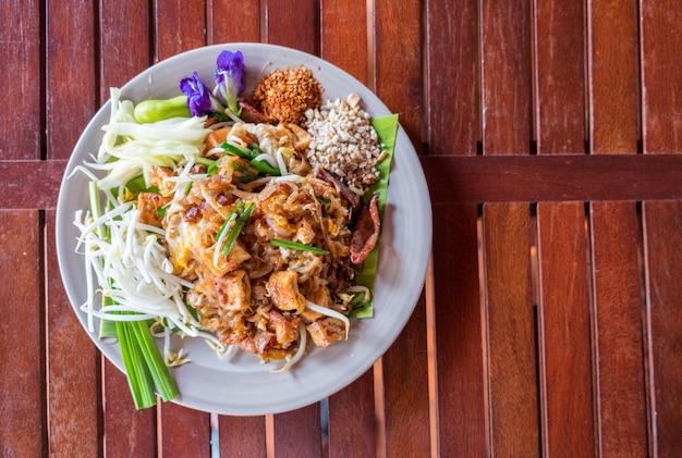 Pad thai nudel angebraten mit fleisch und gemüse, traditionelles essen