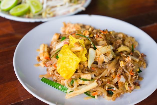 Pad thai oder rühren braten nudeln auf dem tisch.