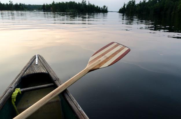 Paddel auf der seite eines kanus auf dem see, lake of the woods, ontario, kanada