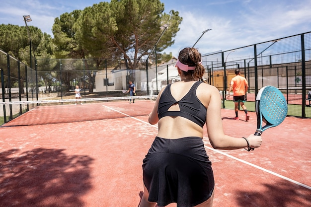Padel-tennisspieler in aktion während eines spiels im freien