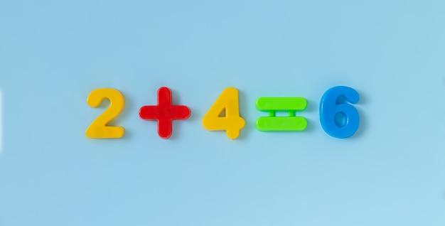 Pädagogische kinder mathe plastikzahlen zum zählen übung. Premium Fotos
