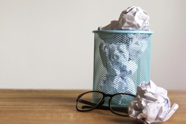 Pädagogischer papierabfall in einem basketball mit glas