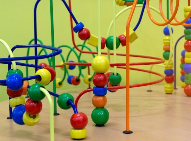 Pädagogisches hölzernes logikspielzeug mit wegen im kleinkindbaby im kindertagesstättenraum