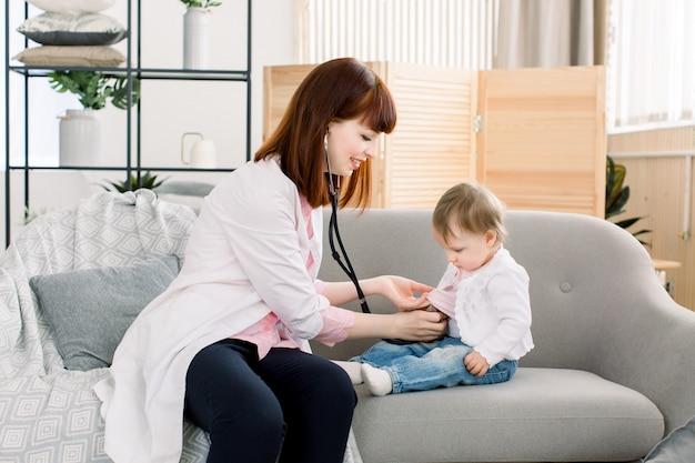 Pädiatrie arzt untersucht kleines baby mit instrumenten stethoskop, gesundheitswesen, baby, baby regelmäßige gesundheits-check-up-konzept.