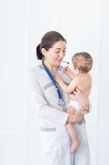 Pädiatrie, ein arzt untersucht ein baby, das konzept von medizin und gesundheit