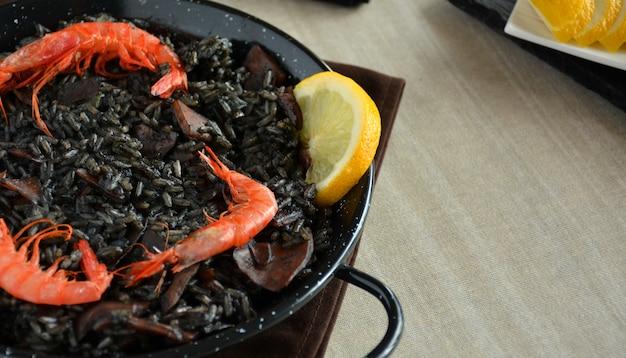 Paella aus reisschwarzem mit tintenfisch