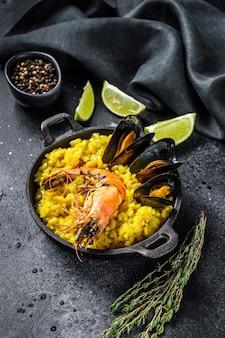 Paella mit meeresfrüchten, garnelen, muscheln