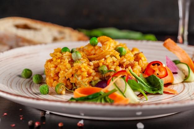 Paella mit meeresfrüchten und garnelen.