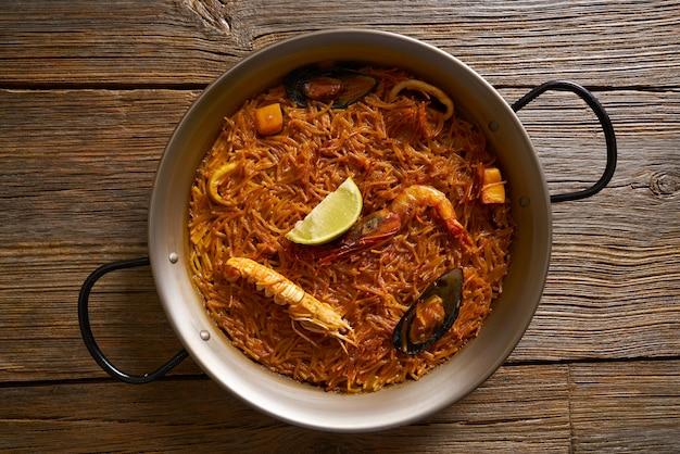 Paella-rezept von fideua-meeresfrüchten für zwei von spanien