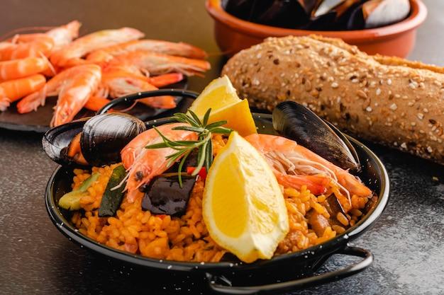Paella traditionelles spanisches essen serviert auf tapa-teller