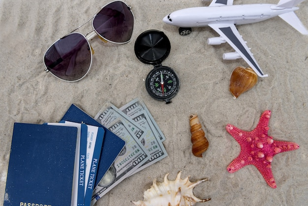 Pässe mit tickets auf sand mit spielzeugflugzeug
