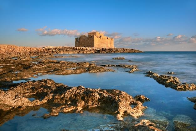 Pafos hafenschloss in pathos, zypern auf einem sonnenuntergang